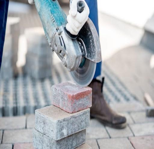подрезка и укладка тротуарной плитки